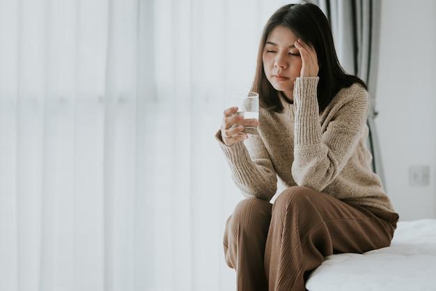 Vrouw die hoofdpijn van griep en koude voelt