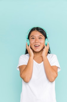 Vrouw die hoofdtelefoons draagt die gelukkig zijn