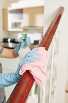 Vrouw die hout schonere wasmiddel toepast