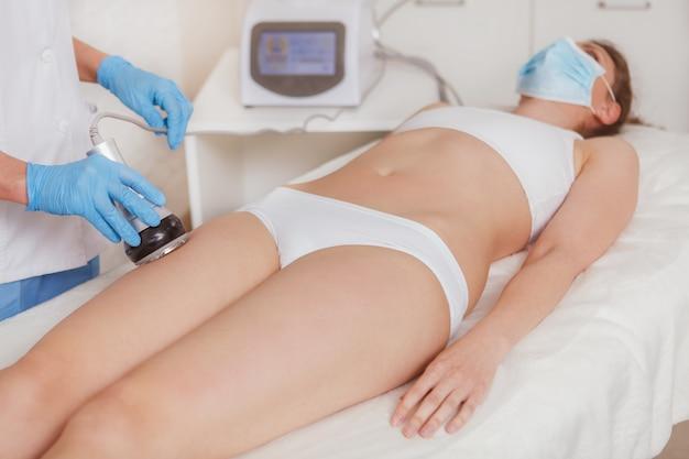 Vrouw die huidverzorgingbehandeling krijgt bij schoonheidskliniek