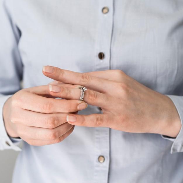 Vrouw die huwelijksring opstijgt