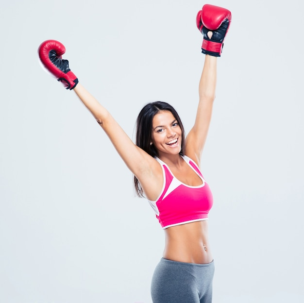 Vrouw die in bokshandschoenen haar succes viert