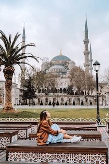 Vrouw die in de blauwe moskee van istanboel, turkije reist