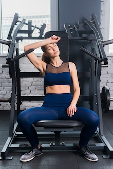 Vrouw die in de gymnastiek uitwerkt