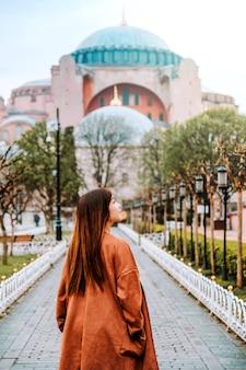 Vrouw die in de moskee van istanboel aya sofia, turkije reizen