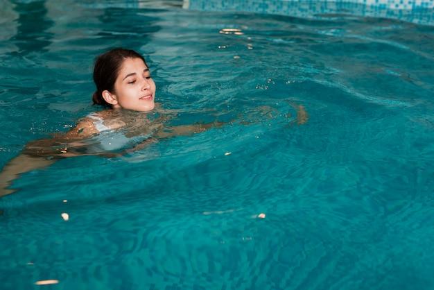 Vrouw die in de pool bij kuuroord zwemt