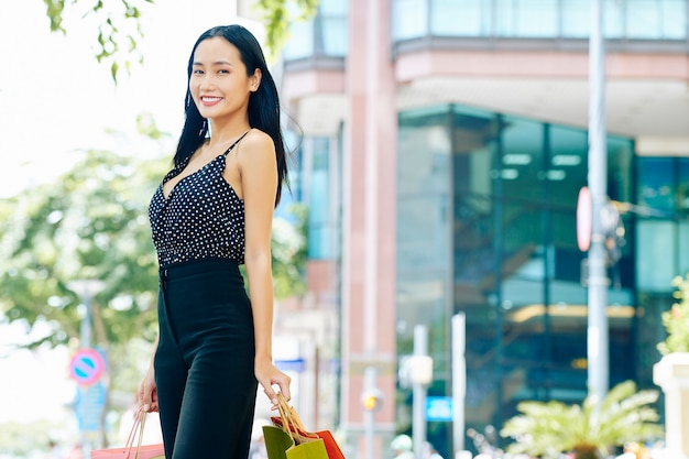 Vrouw die in de stad loopt