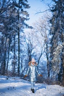 Vrouw die in de winterpark loopt