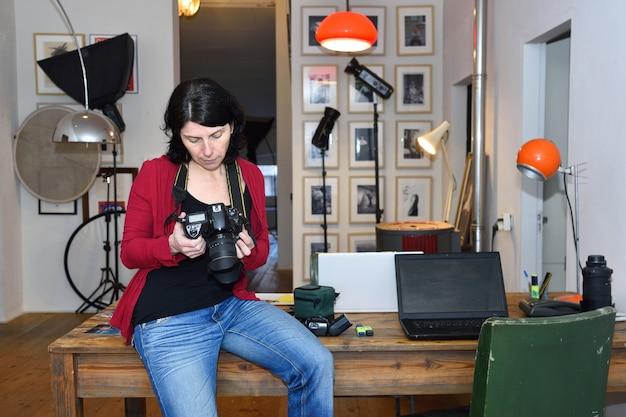 Vrouw die in een fotografiestudio werkt