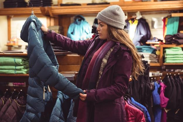 Vrouw die in een kledingwinkel winkelt