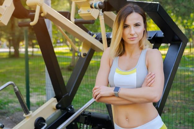 Vrouw die in een openluchtgymnastiek uitwerkt