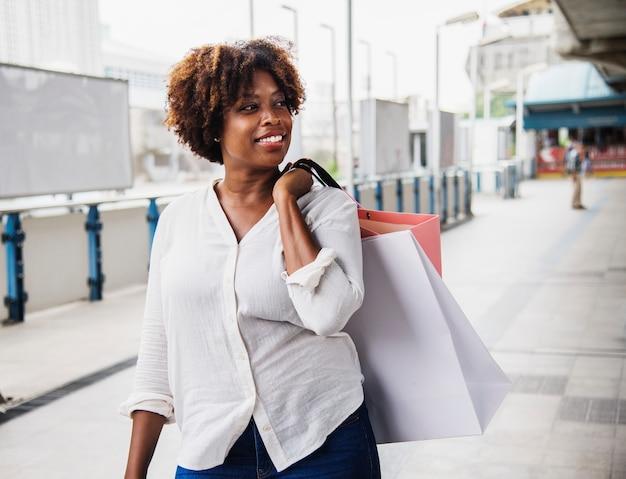 Vrouw die in een stad winkelt