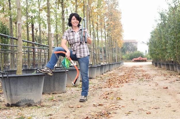 Vrouw die in een tuincentrum werkt
