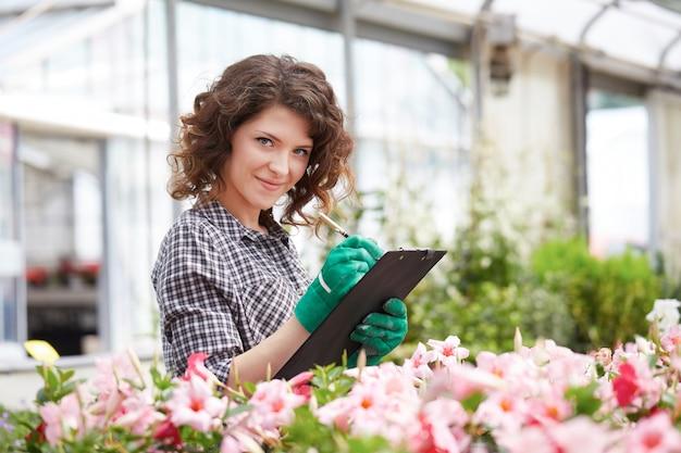 Vrouw die in een tuinopslag werkt