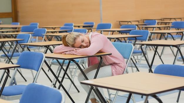 Vrouw die in examenzaal dut