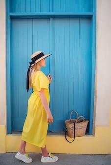 Vrouw die in gele kleding bij de oude stad van paphos loopt