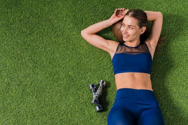 Vrouw die in gymnastiek rust