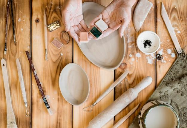 Vrouw die in haar pottenbakkerij werkt