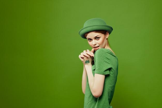 Vrouw die in het groen st. patrick dag viert