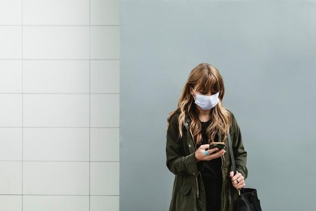 Vrouw die in het openbaar een gezichtsmasker draagt tijdens een pandemie van het coronavirus