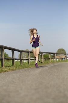 Vrouw die in het park loopt