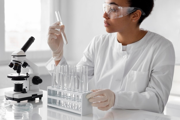 Vrouw die in laboratorium experimenten doet