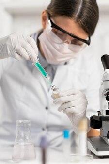 Vrouw die in laboratorium werkt close-up