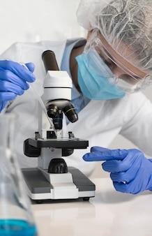 Vrouw die in laboratoriumportret werkt