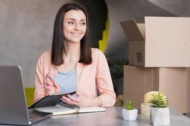 Vrouw die in levering van huis werkt