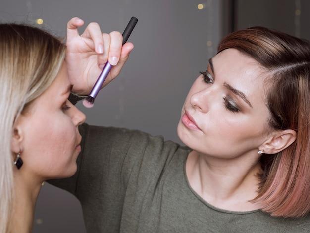 Vrouw die in make-upstudio werkt