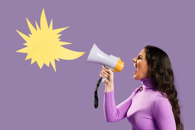 Vrouw die in megafoon en toespraakbel gilt