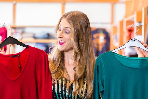 Vrouw die in modewinkel winkelt