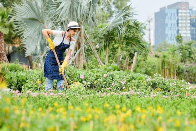 Vrouw die in openbare tuin werkt