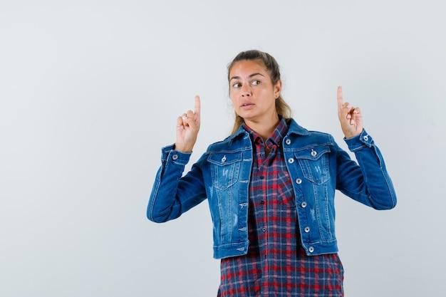 Vrouw die in overhemd, jasje benadrukt en nieuwsgierig kijkt. vooraanzicht.