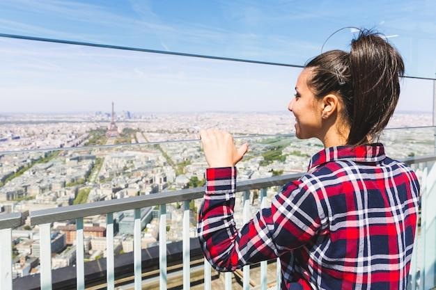 Vrouw die in parijs de toren van eiffel bekijkt