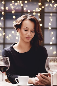 Vrouw die in restaurant een wijnglas houdt