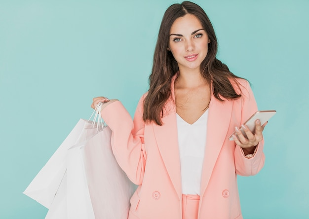 Vrouw die in roze jasje aan de camera kijkt