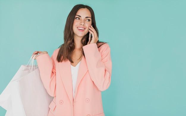Vrouw die in roze jasje naar links kijkt
