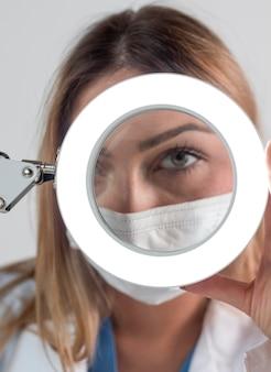 Vrouw die in technologie werkt close-up
