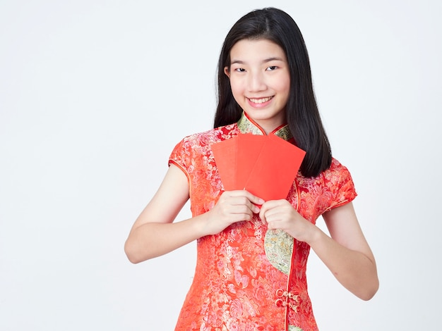 Vrouw die in traditionele chinese kleding rode envelop houdt