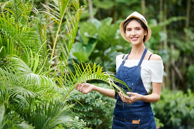Vrouw die in tropische tuin werkt