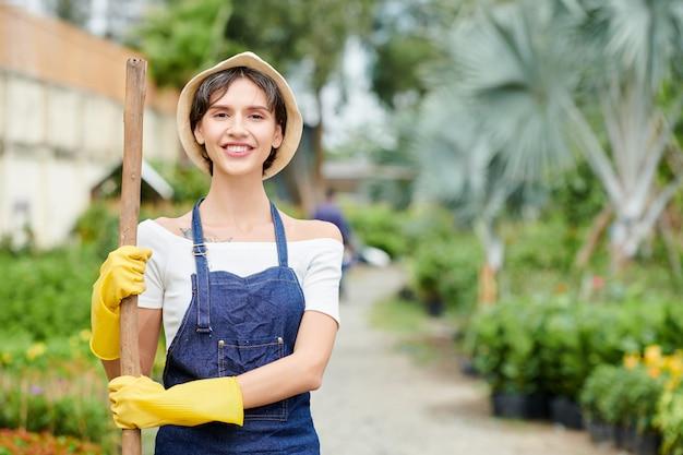 Vrouw die in tuin werkt