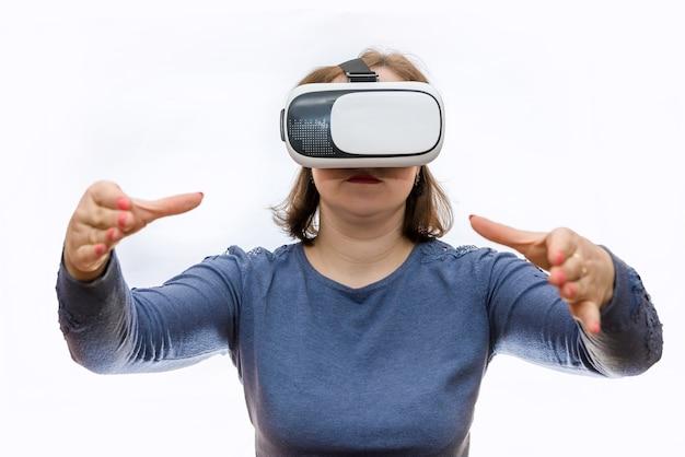 Vrouw die in virtuele glazen iets met handen houdt