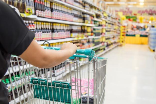 Vrouw die in warenhuis winkelt