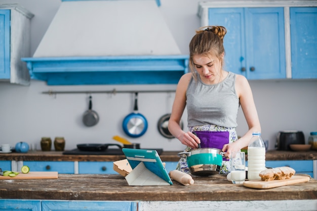 Vrouw die ingrediënten voor deeg mengt