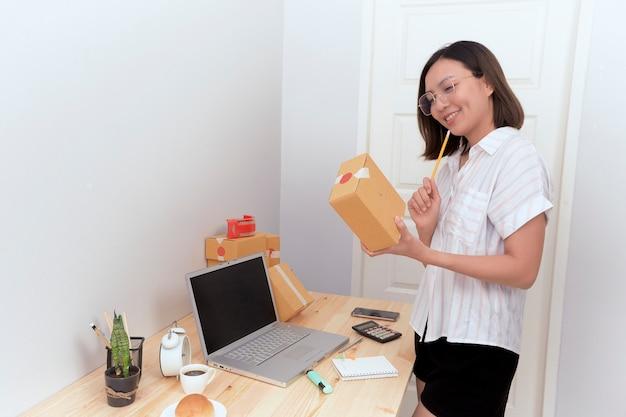 Vrouw die inkooporder het online winkelen controleren