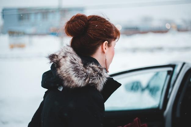 Vrouw die jas in de winter draagt