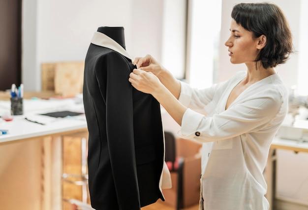 Vrouw die jasje maakt