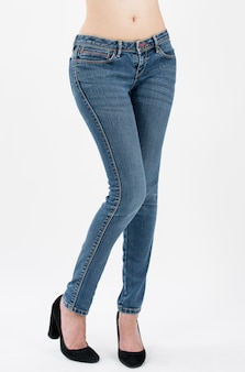 Vrouw die jeans draagt die vooraan hiëroglanken stellen die op witte achtergrond worden geïsoleerd