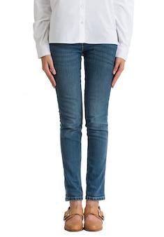 Vrouw die jeans en wit overhemd draagt die die vooraanzicht helft-lengte op witte achtergrond wordt geïsoleerd